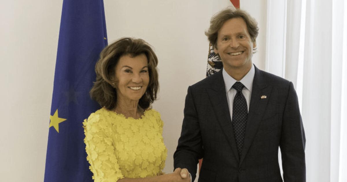 Экс-канцлера Австрии лишили прав за пьяное вождение